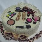 1 bolo com cobertura de chocolate branco e aplique em pasta de leite em p%c3%b3 on%c3%a7inha e maquiagem