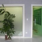 Porta de giro verde com ferragens brancas tradicionais