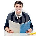Menino estudioso que prepara se para exames semestrais 26978089
